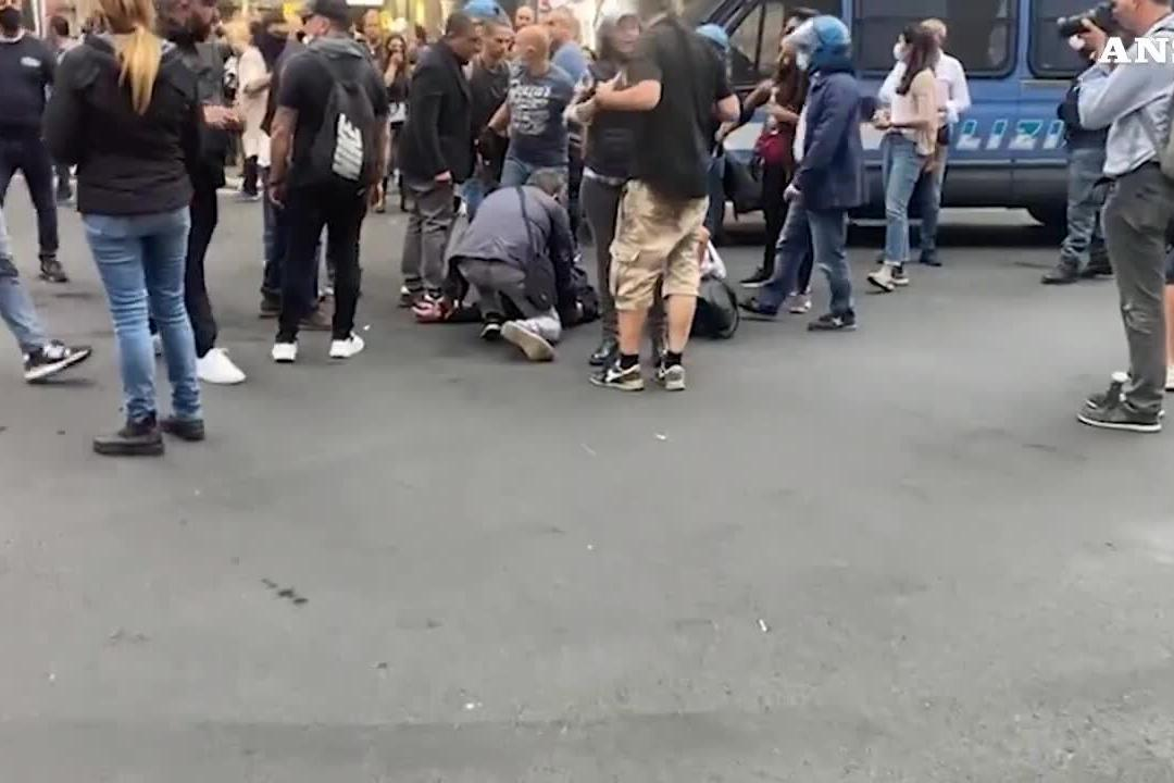 Roma, ore di tensione e scontri con polizia alla manifestazione No Green Pass