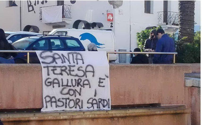 Una manifestazione si è tenuta anche a Santa Teresa Gallura