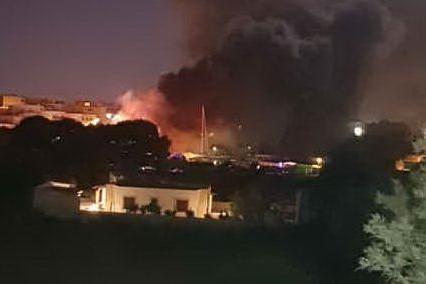 """Lampedusa, incendiati i barconi dei migranti. Il sindaco: """"Piano per alimentare la tensione"""""""