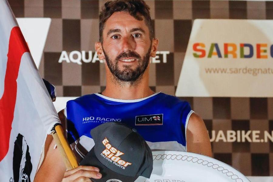 Aquabike, a Olbia trionfa il francese Perez e festeggia con la bandiera dei Quattro Mori