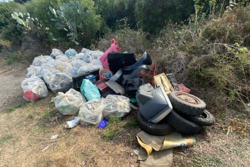 Castelsardo, strade provinciali costellate di rifiuti: parte la bonifica