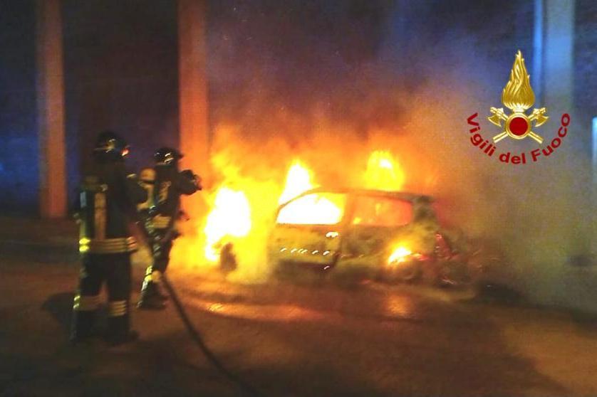 Auto in fiamme ad Assemini, i pompieri domano l'incendio alle 3 di notte