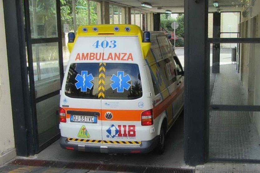 Fermano una macchinaa Sassari, a bordo il guidatore con abiti intrisi di sangue