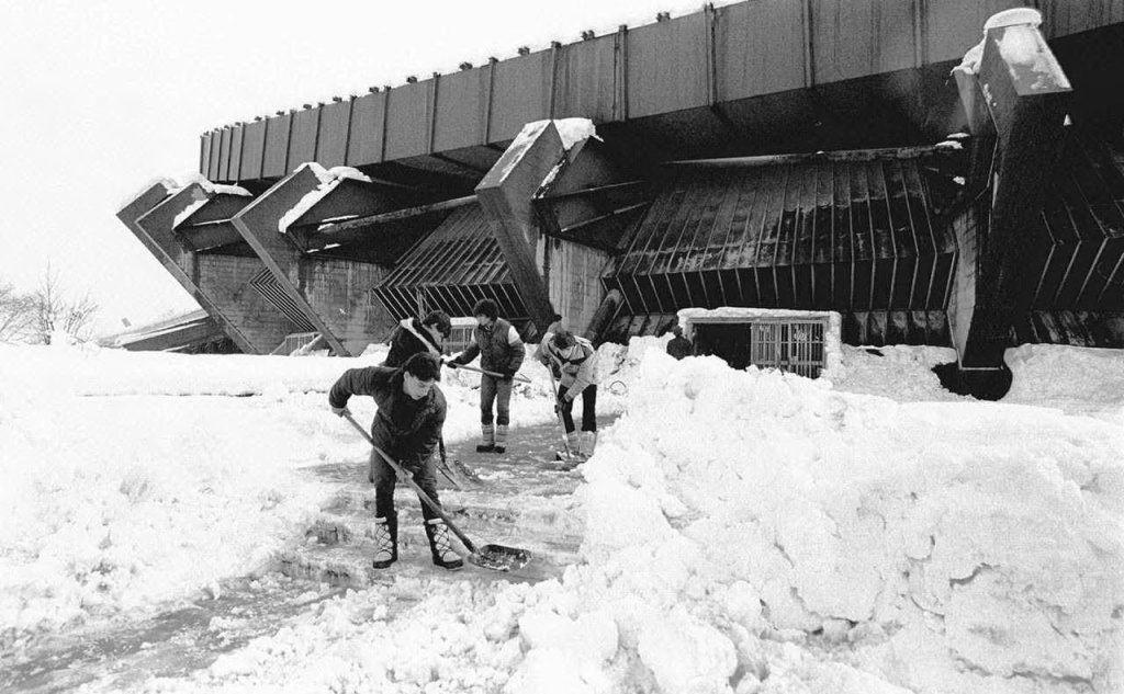 La serata doveva svolgersi a San Siro, ma una forte nevicata distrusse il tetto del palazzetto