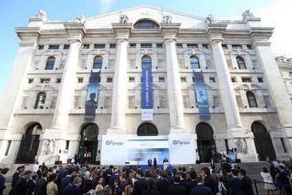 Borsa: piazza Affari chiude in lieve calo. Spread a 315