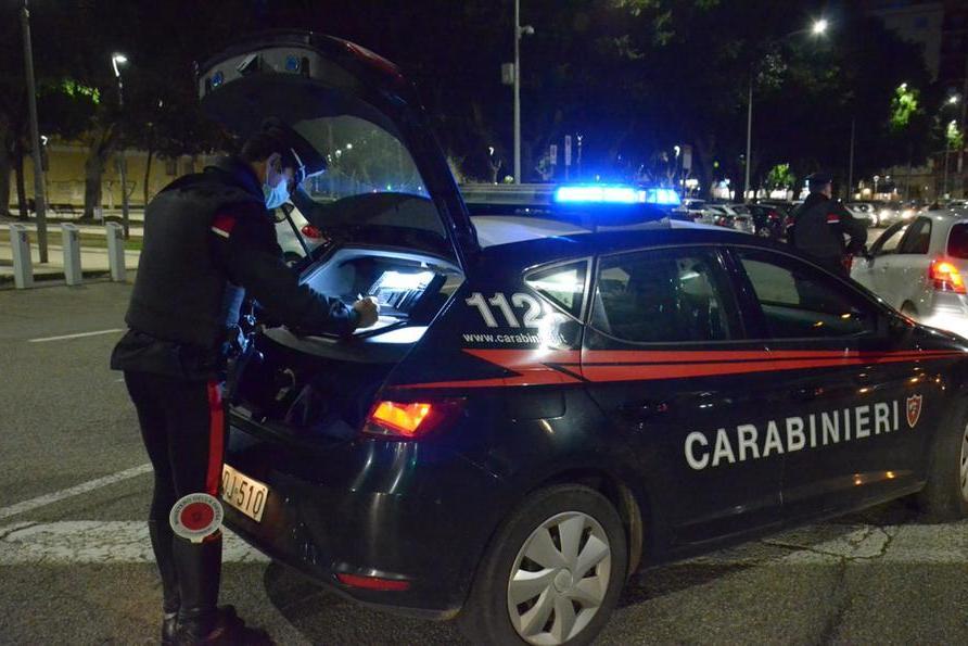 Ubriaco alla guida, va a sbattere contro le auto in sosta: 22enne denunciato a Sanluri