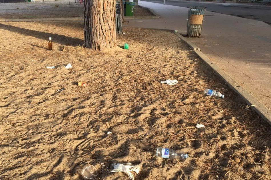 """Rifiuti sulla spiaggia di Torre Grande, gli addetti alle pulizie: """"È emergenza"""""""