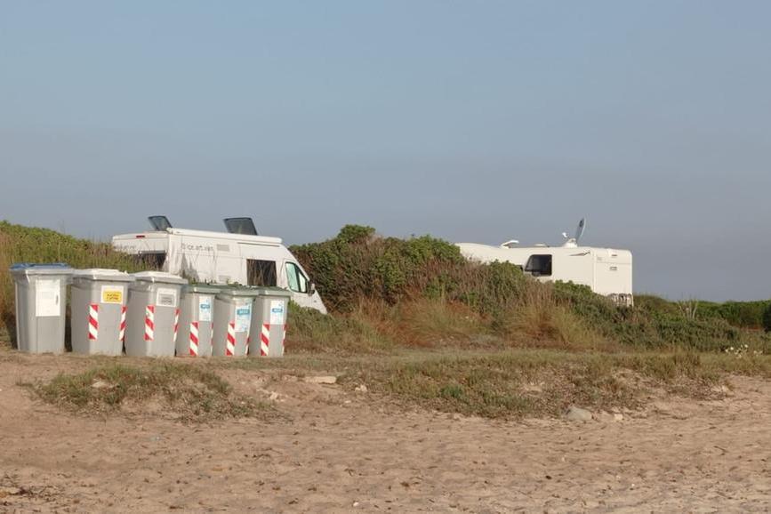 Alcuni camper posteggiati in zona vietata (Foto Tellini)