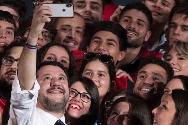 """Fa un selfie con Salvini """"mentre è in malattia"""", licenziato"""