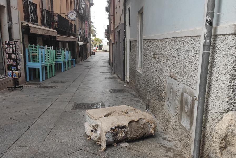 """Cagliari, """"si lavora per abbellire via Roma ma alla Marina il degrado regna indisturbato"""""""