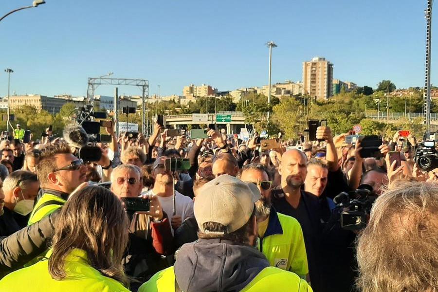 Alta tensionea Trieste, via allo sgombero dei portuali in protesta