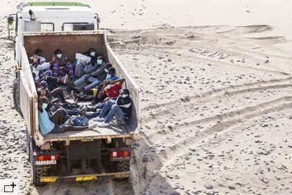 I migranti sul camion della spazzatura (foto da El Pais)
