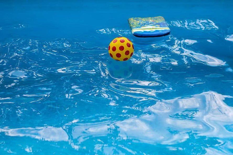 Bimbo di quattro anni cade dalla finestra, finisce nella piscina e annega
