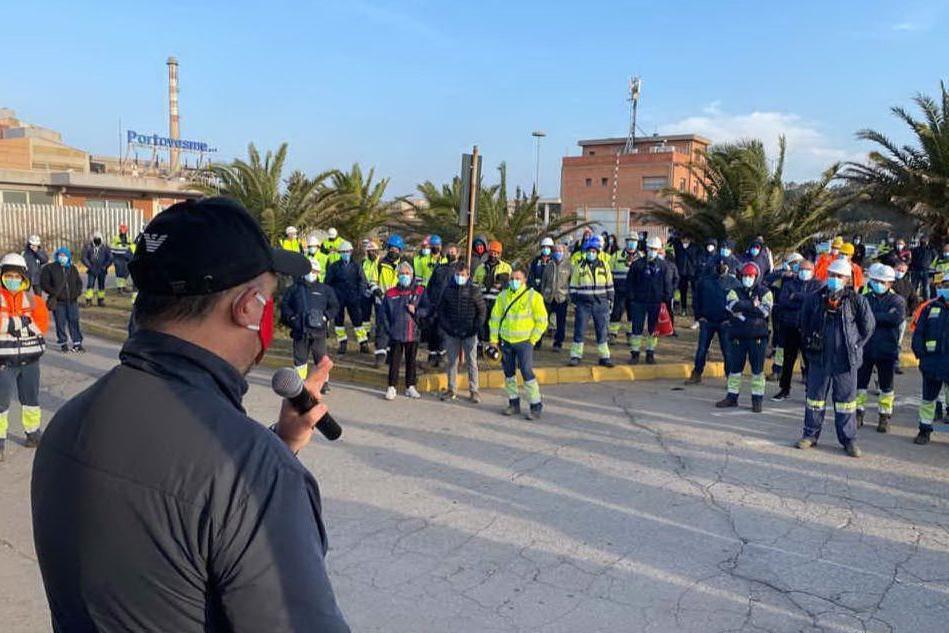 Operai sospesi perché senza mascherina, due ore di sciopero a Portovesme