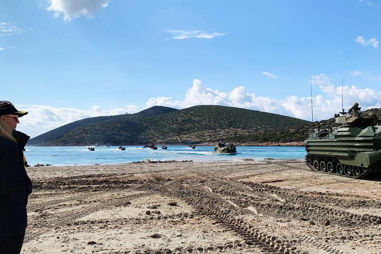 Teulada, sulla spiaggia del poligono sbarcano imezzi anfibi della Marina