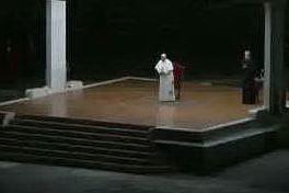 """Via Crucis"", Papa Francesco in una Piazza San Pietro deserta"