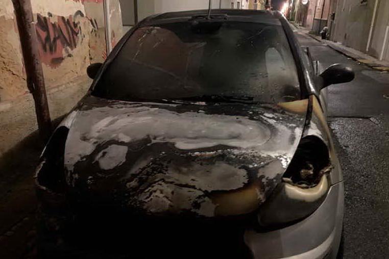 """Auto in fiamme a Porto Torres: """"Ho visto la diavolina sulla ruota"""""""