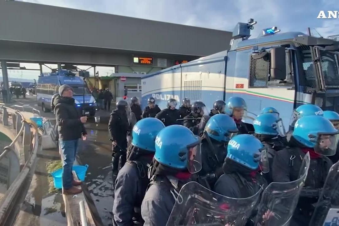 """""""No green pass"""", via allo sgombero al Porto di Trieste"""
