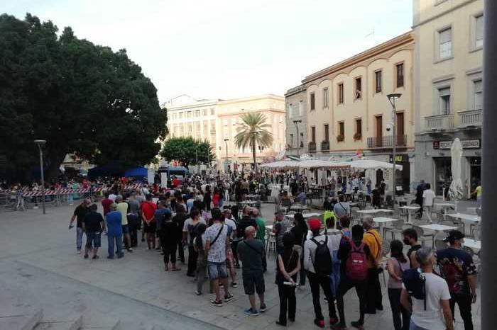 Cagliari, migliaia di persone in fila per le vaccinazioni in piazza