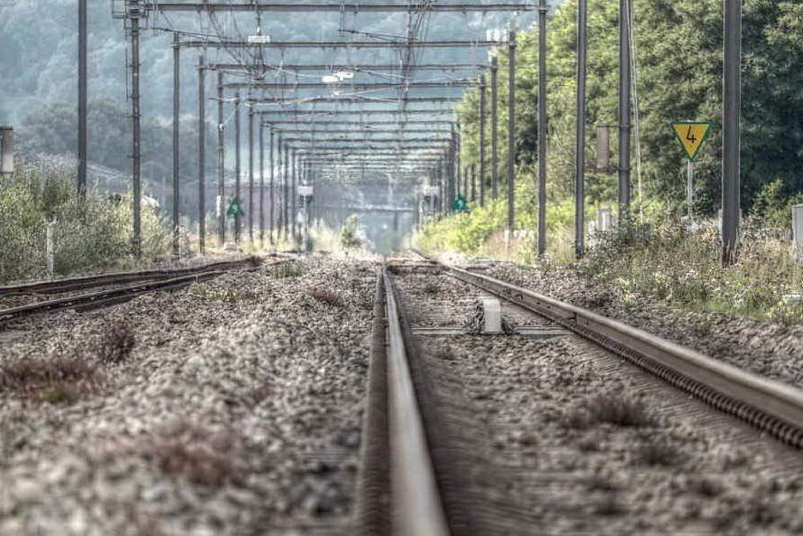 Treno regionale travolge un gruppo di migranti, due i morti