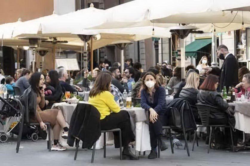 """""""Riaperture dalla metà di maggio"""": prima i ristoranti, poi spettacoli e sport"""