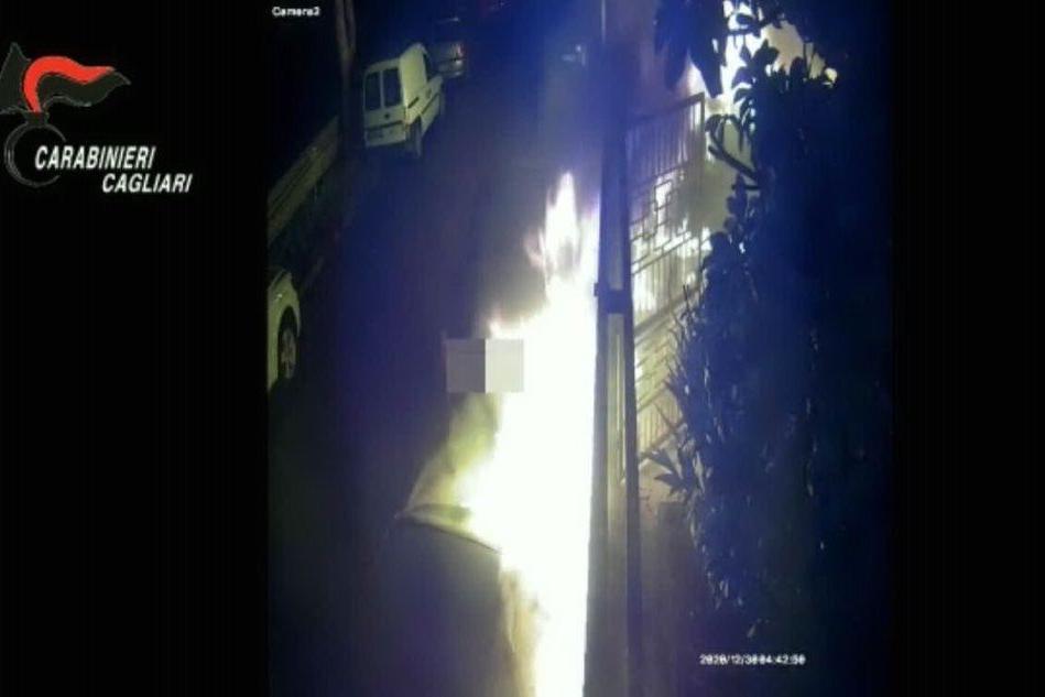 Auto incendiate a Monserrato, individuato il piromane
