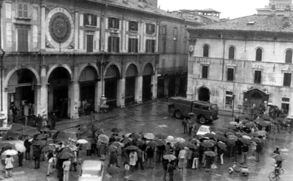 Piazza della Loggia dopo la strage (Ansa)