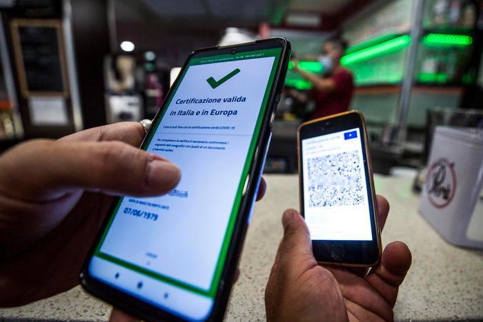 Green pass, rubate le chiavi per generare certificati illegali