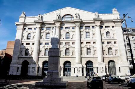 Borsa, Piazza Affari chiude positiva: bene Moncler