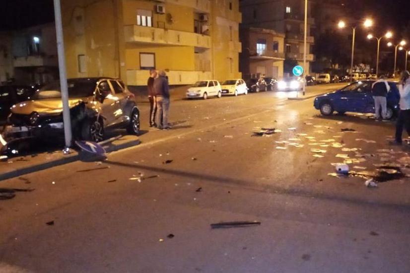 Pauroso incidente a Porto Torres, auto finisce contro un palo