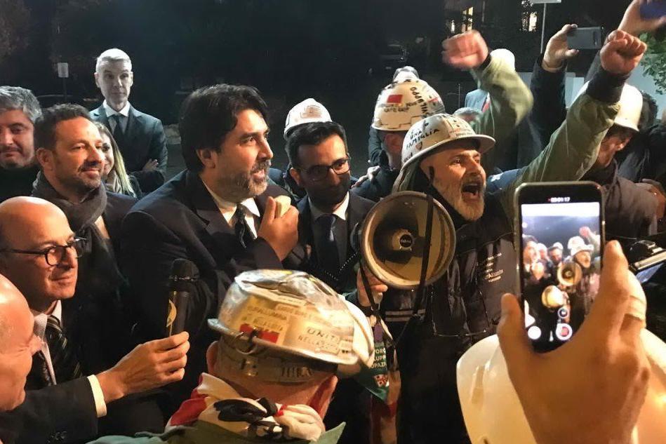 Solinas tra i lavoratori Euroallumina (Foto A.Pani)