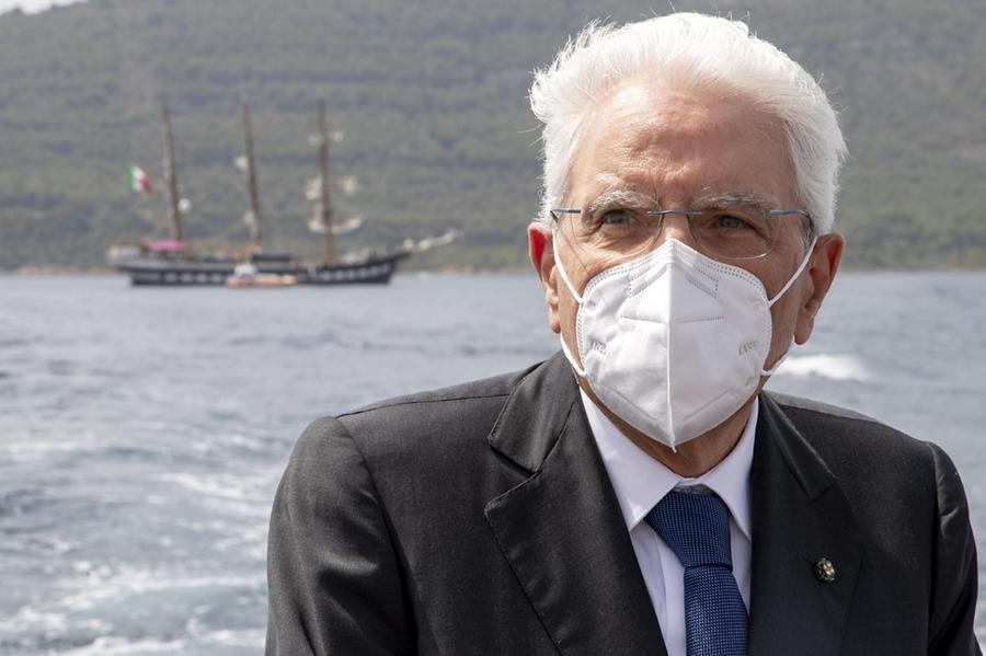 """Mattarella sorvola le zone devastate dagli incendi: """"Responsabilità gravissime"""""""
