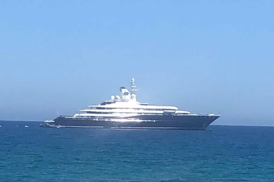 Bari Sardo, lo yacht dello sceicco del Qatar nelle acque del golfo della Torre