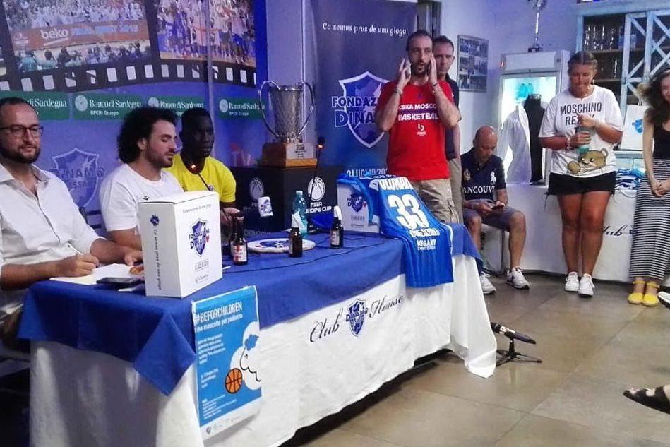 L'asta delle magliette Dinamo: solidarietà col sorriso grazie al comico Baz