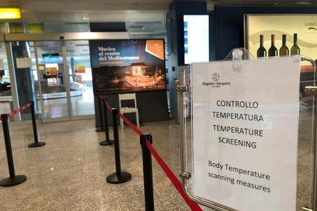 Controlli in aeroporto a Cagliari (foto Ansa)