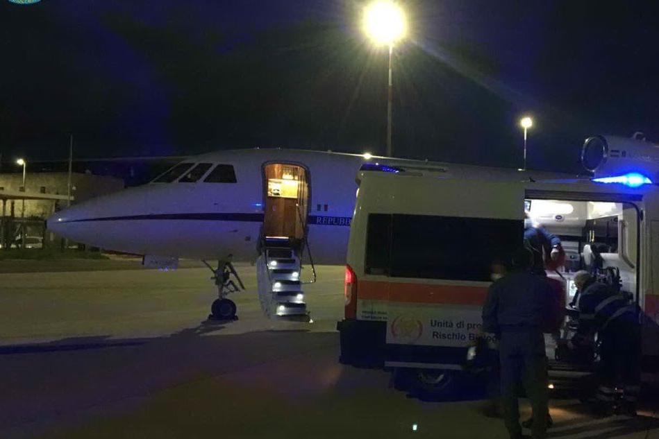 Un momento del trasporto (foto Twitter-Aeronautica Militare)