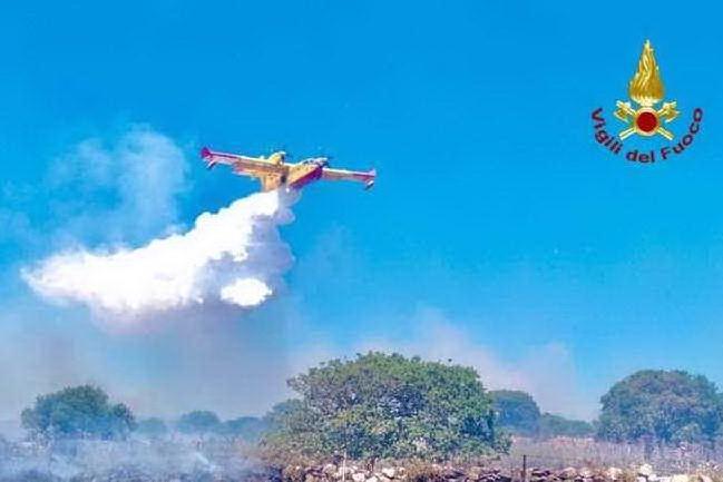 Vasto incendio a Torpè, in azione anche un Canadair
