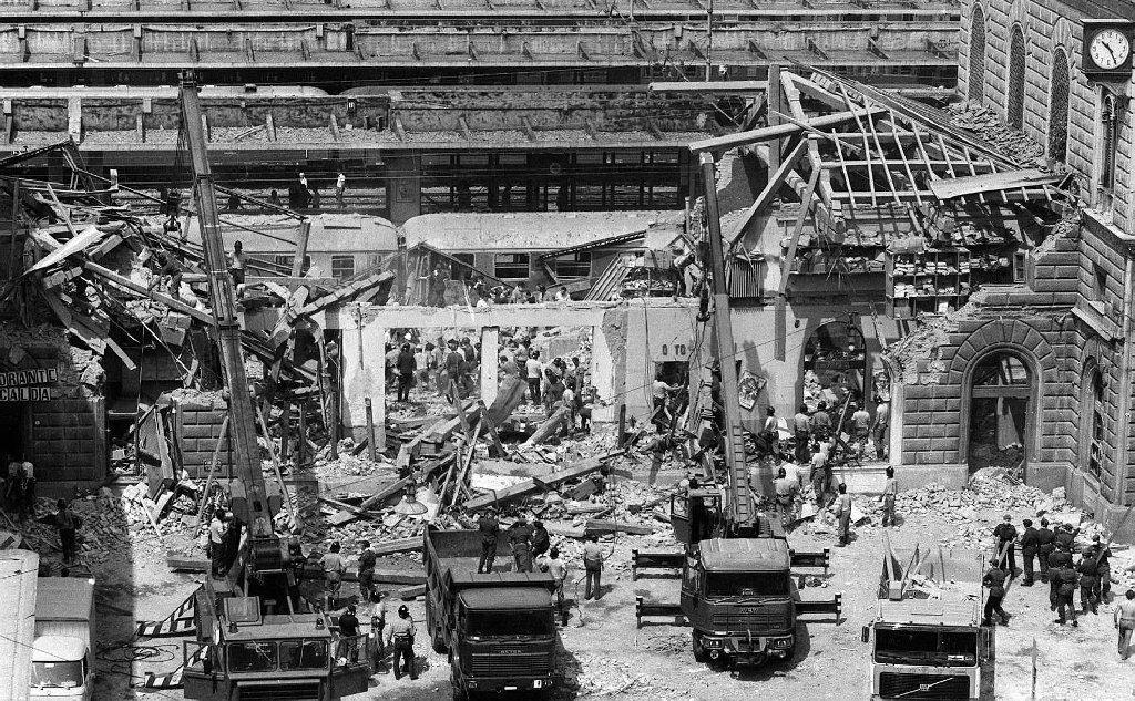 Isoccorsi dopo l'esplosione (Archivio L'Unione Sarda)