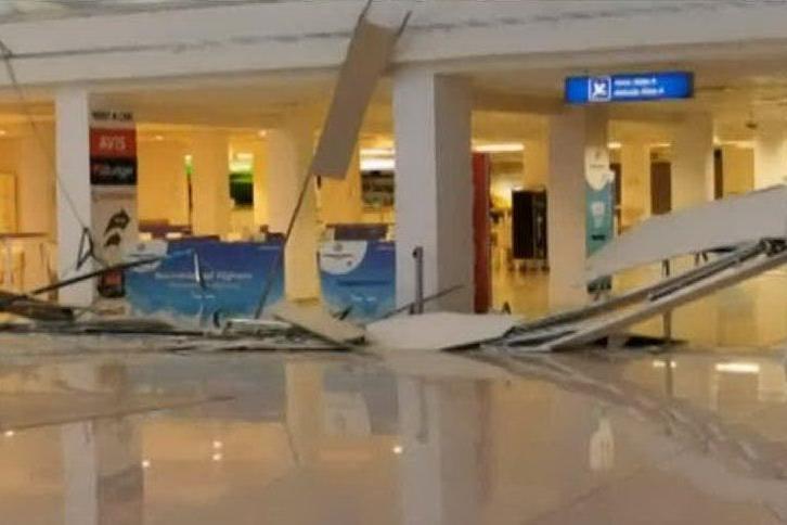Crolla un'armatura di metallo dal soffitto: tragedia sfiorata in aeroporto