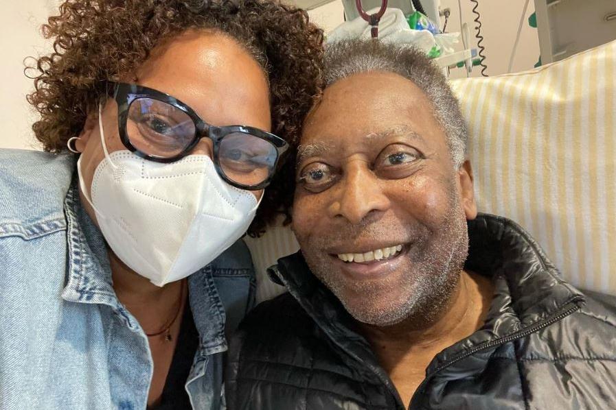 """La figlia di Pelé: """"Papà sta meglio, ha fatto diversi passi negli ultimi giorni"""""""