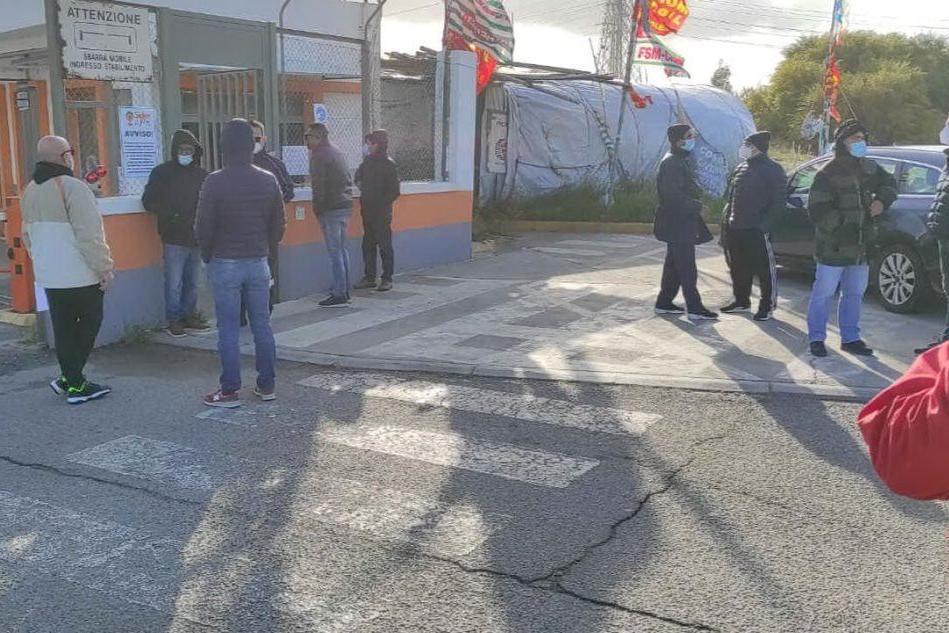 Ex Alcoa, un gruppo di ex operai in volantinaggio davanti alla fabbrica