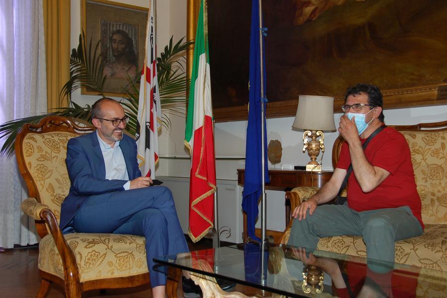Alessandro Ghiani durante l'incontro con il sindaco Truzzu (foto Comune di Cagliari)