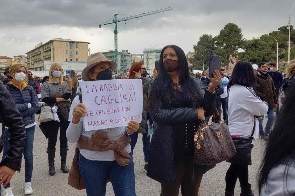 """Cagliari, centinaia di partite Iva in piazza dei Centomila: """"Riaprire tutto"""""""