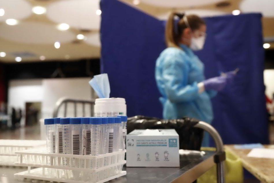 Il Covid torna a correre: quasi 6mila casi in un giorno, schizzano le terapie intensive