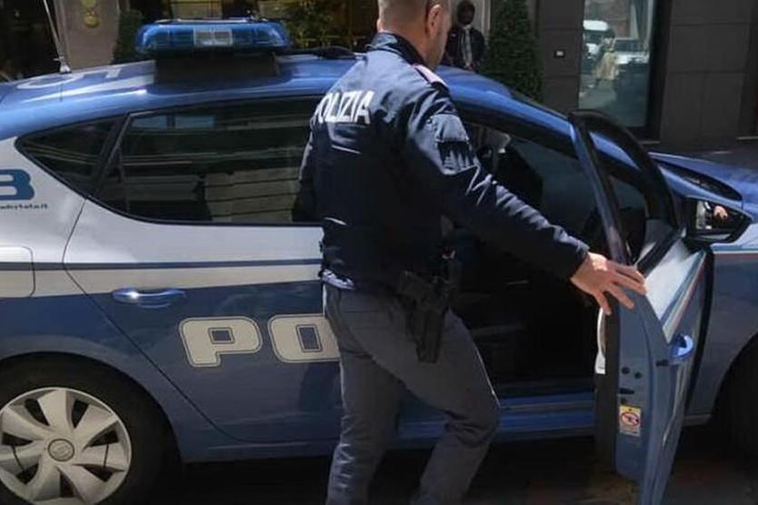 La Polizia è sotto casa, luigetta un chilo di marijuana:gli agenti lo vedono e lo arrestano