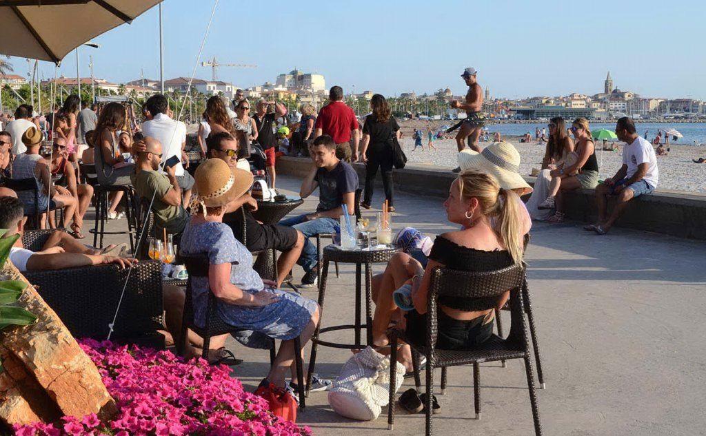 Turisti ad Alghero l'estate scorsa (foto Gloria Calvi)