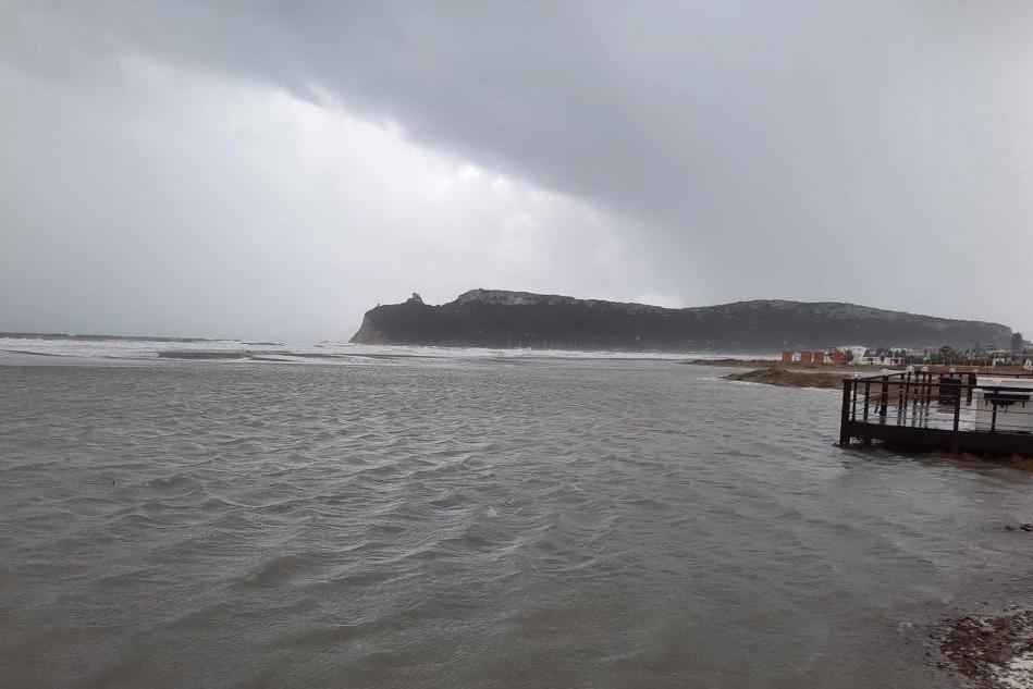 Poetto, la spiaggia allagata