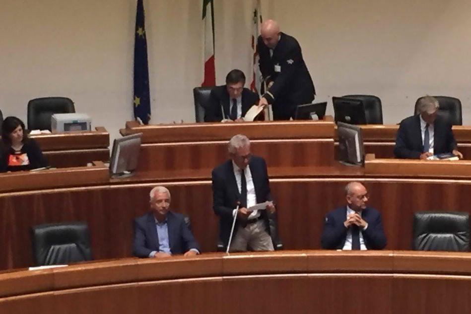 Il presidente Pigliaru durante il suo intervento in Consiglio regionale (foto Matteo Sau)