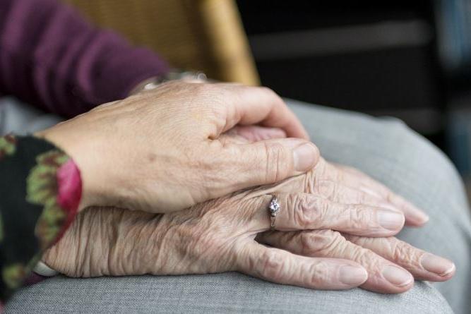 Iglesias, badante sottrae migliaia di euro a un'anziana: arrestata