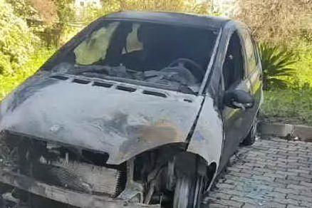 Sassari, auto incendiata in via Baldedda. È emergenza in città